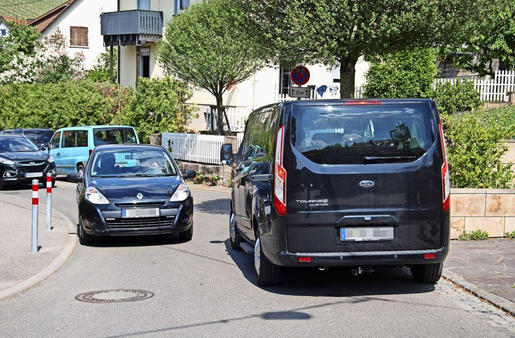 In  der Tiroler Straße geht es heute bereits sehr  eng zu. Wenn   große Busse  dort fahren sollen, ist Begegnungsverkehr unmöglich, monieren die Anwohner. Foto: Mathias Kuhn