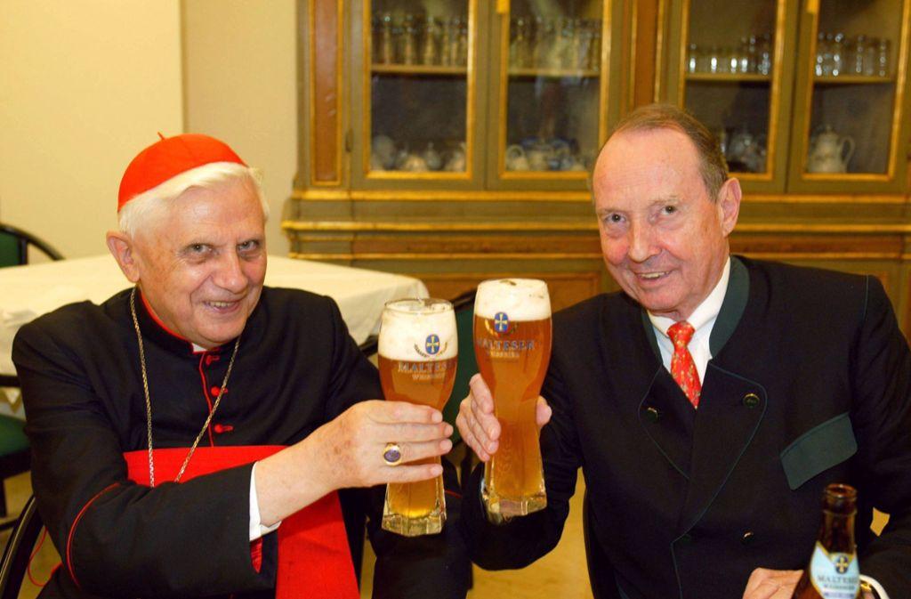 Peter May (rechts), der langjährige Hofbräu-Chef, brachte im Jahr  2003 dem damaligen Kardinal Joseph Ratzinger und späteren Papst Weißbier. Foto: dpa/Christof Sage