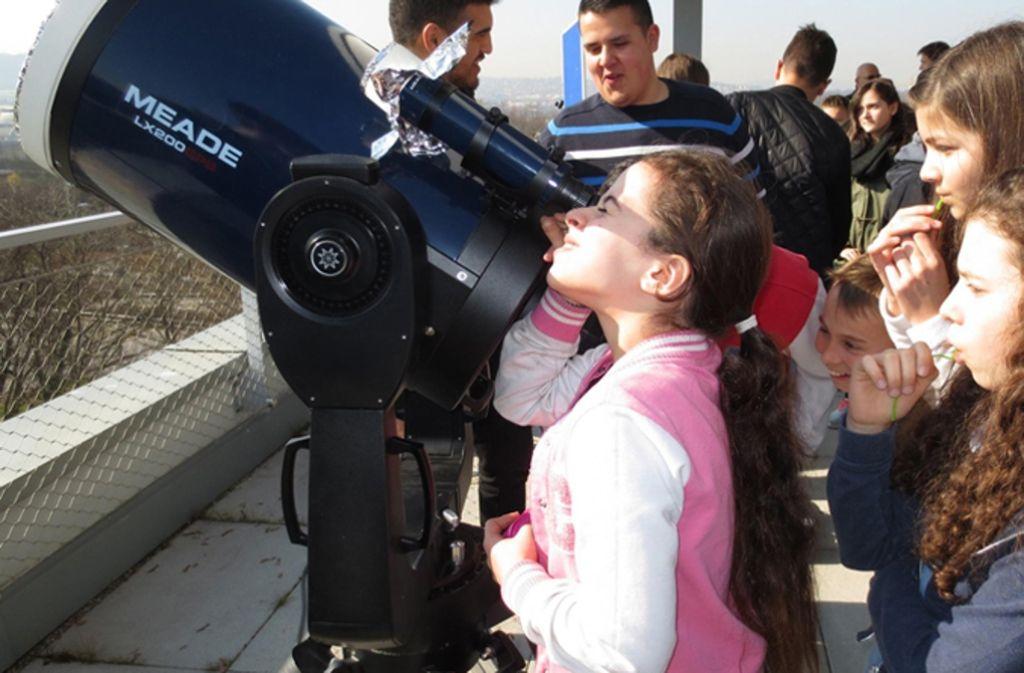 Schüler der Sofia-AG beobachten vom Schuldach aus die Sonnenfinsternis. Foto: Gottlieb-Daimler-Gymnasium/Sven Hanssen