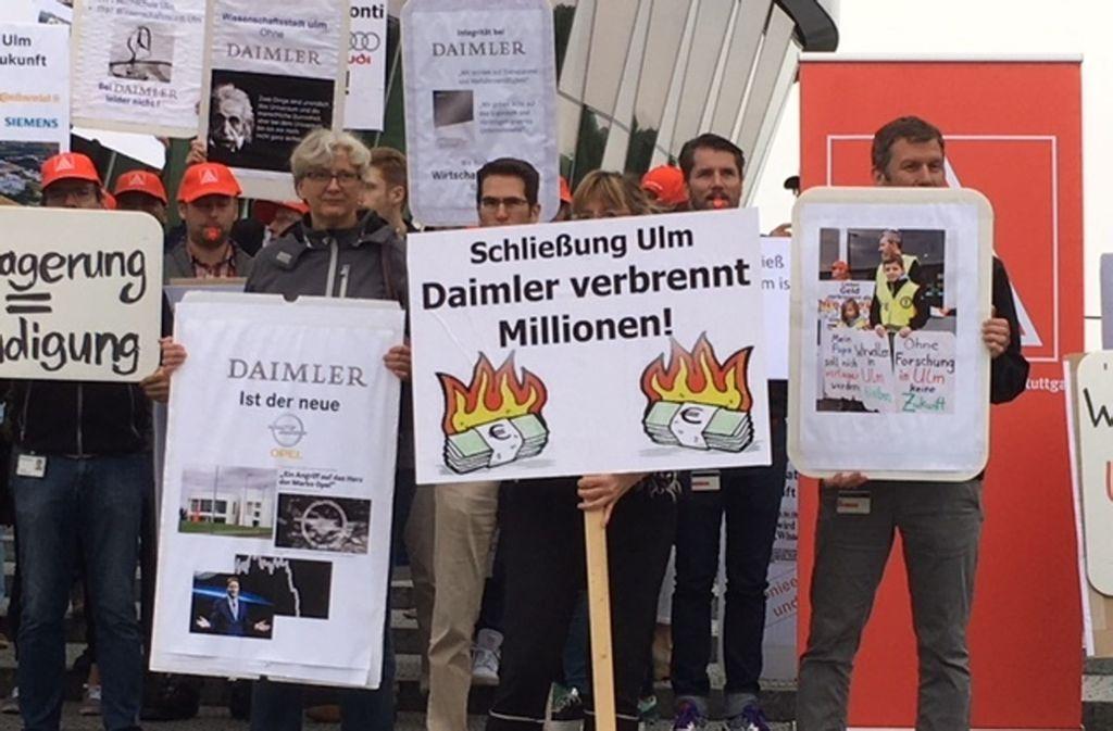 Mitarbeiter protestieren am Konzernsitz in Stuttgart-Untertürkheim gegen die Schließung des Daimler-Forschungsstandorts Ulm. Foto: Daimler-Betriebsrat/Petra Boeger