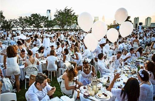 Ganz in Weiß mit einem Picknickkorb