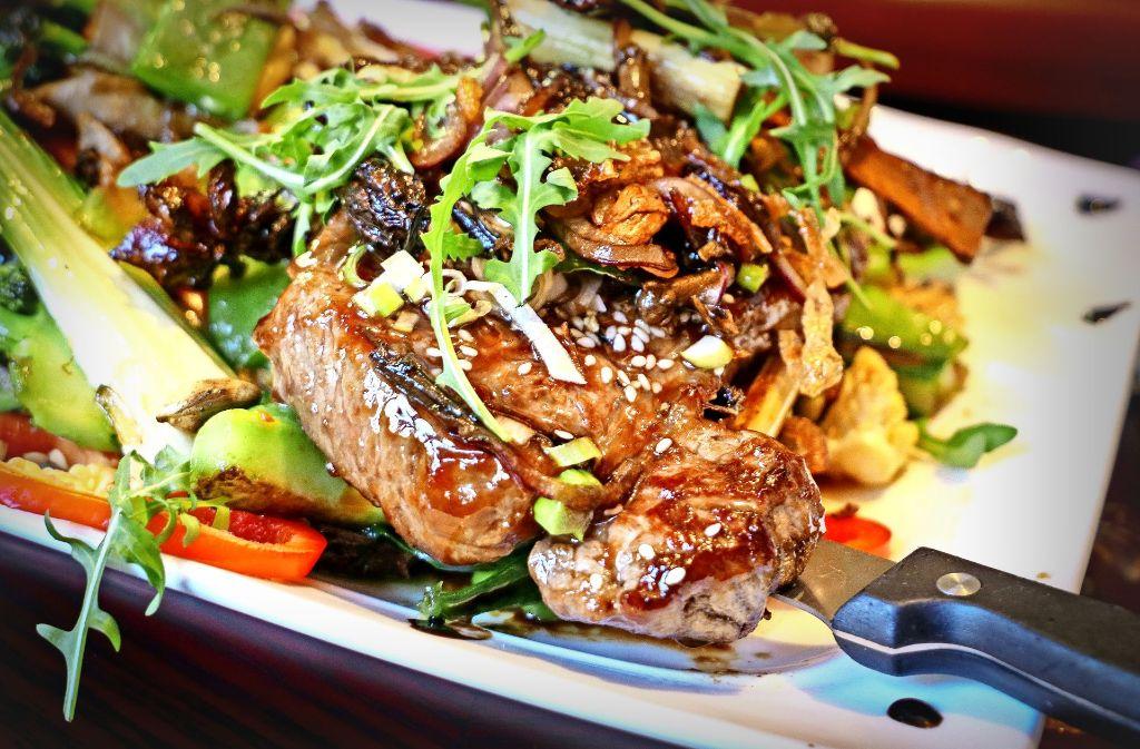 Rindfleisch auf asiatische Art unter einem Kräuter- und Gewürzbett Foto: factum/Granville