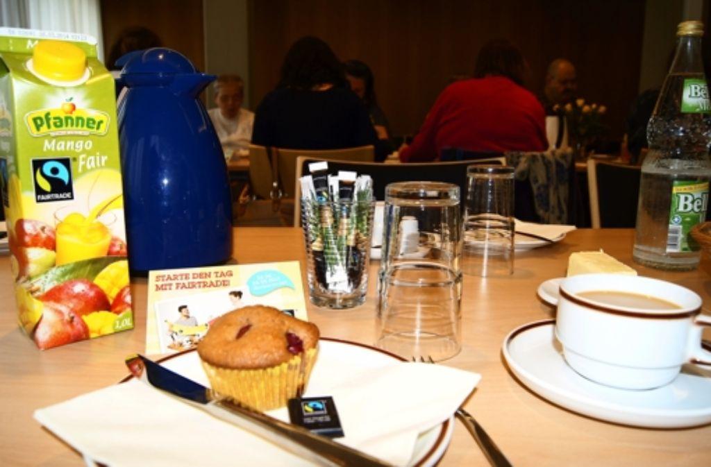 Selbst gebackene Muffins, Schokolade, Saft und Kaffee gab es beim Fairtrade-Frühstück im Bezirksrathaus. Die Zutaten und Produkte stammen aus fairem Handel. Foto: Simone Bürkle