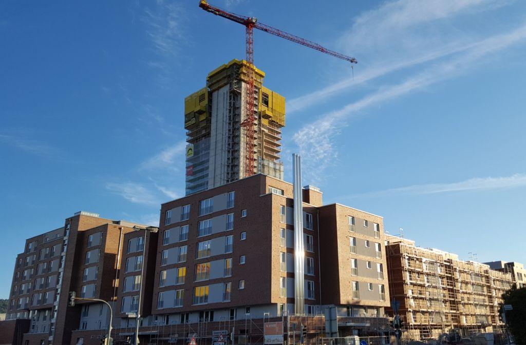Der dritthöchste Wohnturm Deutschlands ragt in den strahlend blauen Himmel. Der Innenausbau schreitet weiter voran. Foto: Dirk Herrmann