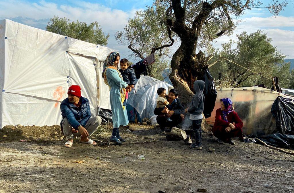 Greise, Kinder und Männer versuchen, dem Schmutz, der Kälte und den Entbehrungen im Zeltlager ein Stück Alltag abzutrotzen. Foto: Franziska Grillmeier