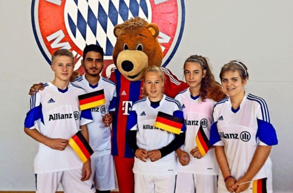 Nur fünf Jugendliche aus Deutschland nehmen am Allianz Junior Football Camp des FC Bayern  teil, darunter der Göppinger Selim Coban (Zweiter von links). Foto: Tim Bechtel