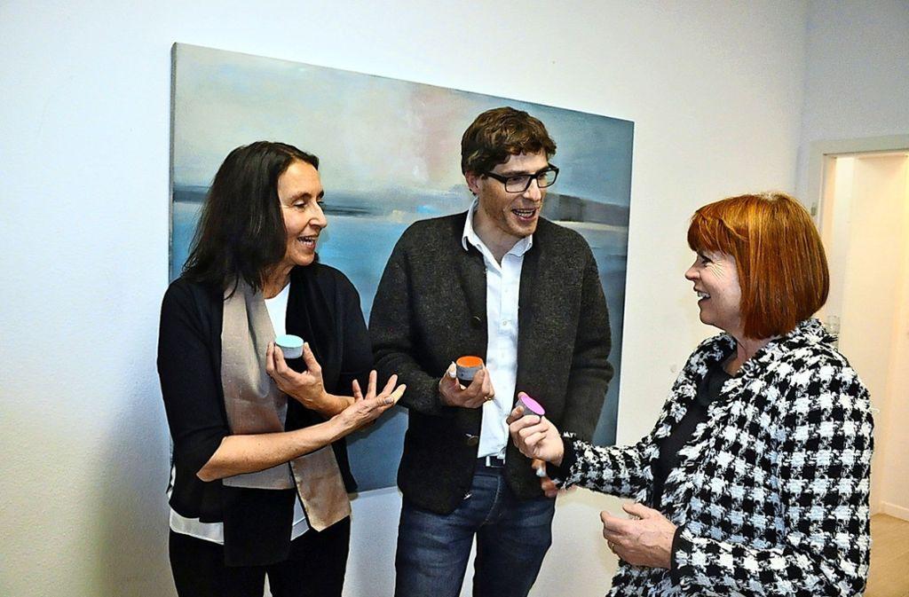 """Stephanie Wieck (l.), Ralph Klohs und Elisabeth Fischer-Bolz führen als  Künstlergruppe """"Zweiundvierzig Drei"""" die Ausstellungsserie Botnanger Künstler fort Foto: Georg Linsenmann"""
