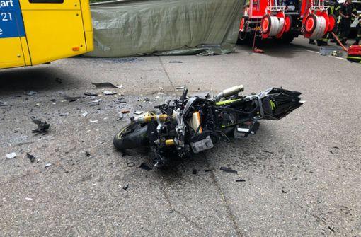 Motorradfahrer kracht in Bus und stirbt
