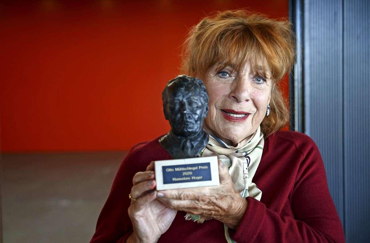 Hannelore Hoger mit der Büste des Preisstifters, des Stuttgarter Unternehmers Otto Mühlschlegel. Foto: Lichtgut/Julian Rettig