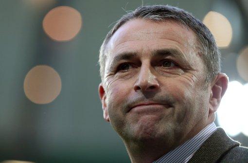 Der Wolfsburger Sportchef Klaus Allofs zeigt, in welche Richtung es gehen soll. Foto: dapd