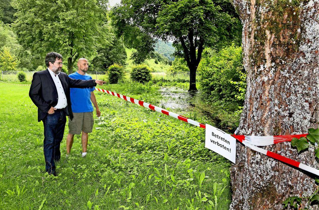 Der Bürgermeister Gebhard Trischtler begutachtet gemeinsam mit dem Rettungsschwimmer Martin  Schlag die Absperrung. Foto: Horst Rudel