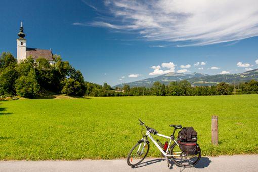 Auf Benedikts Spuren, die Erste: idyllische Kapellen am Wegesrand. Beim Radeln durch die oberbayerische Ferienregion Inn-Salzach keine Seltenheit.