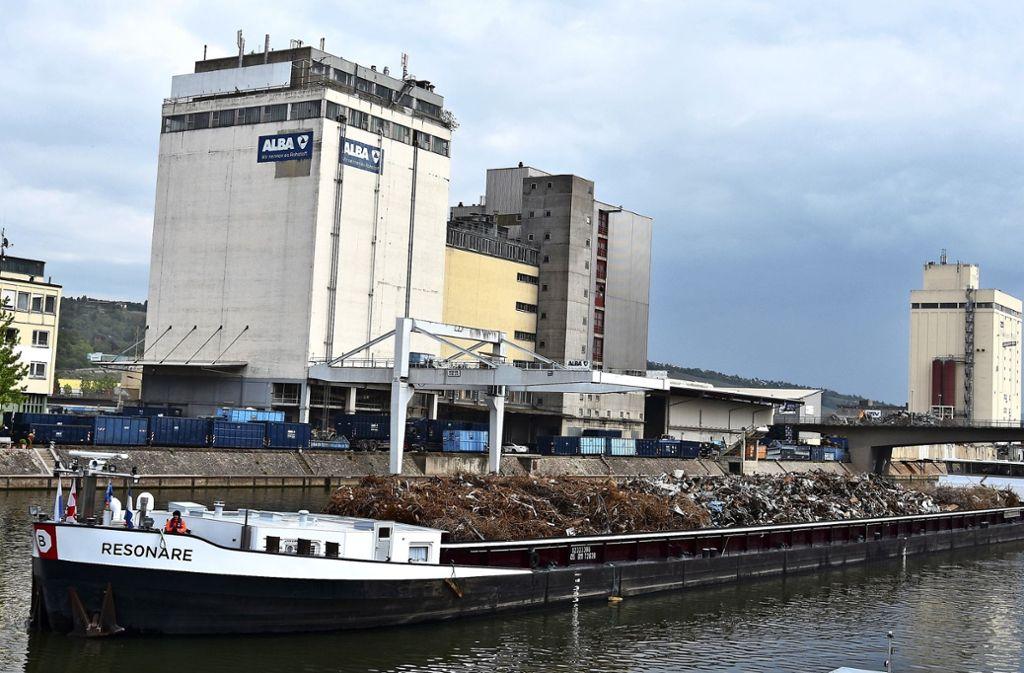 Aufgrund des Sommer-Niedrigwassers auf dem Rhein sank der  Güterschiffsumschlag im Stuttgart Neckarhafen  im vergangenen Jahr deutlich. Foto: Kuhn