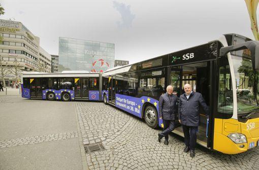 Blauer Bus wirbt für die Europawahl