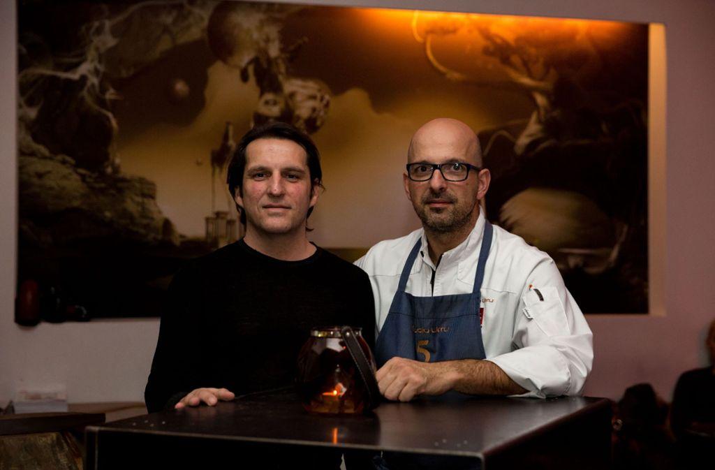 Geschäftsführer Michael Zeyer (links) will sich aus dem Tagesgeschäft in seinem Sternerestaurant 5 zurückziehen, Küchenchef Claudio Urru soll noch mehr Verantwortung übernehmen. Foto: Lichtgut/Julian Rettig
