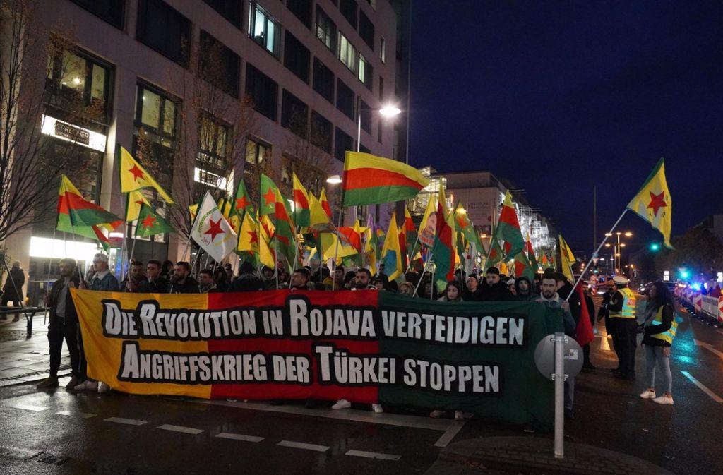 Kurdische Demonstranten protestieren gegen den Krieg. Foto: Andreas Rosar Fotoagentur-Stuttg