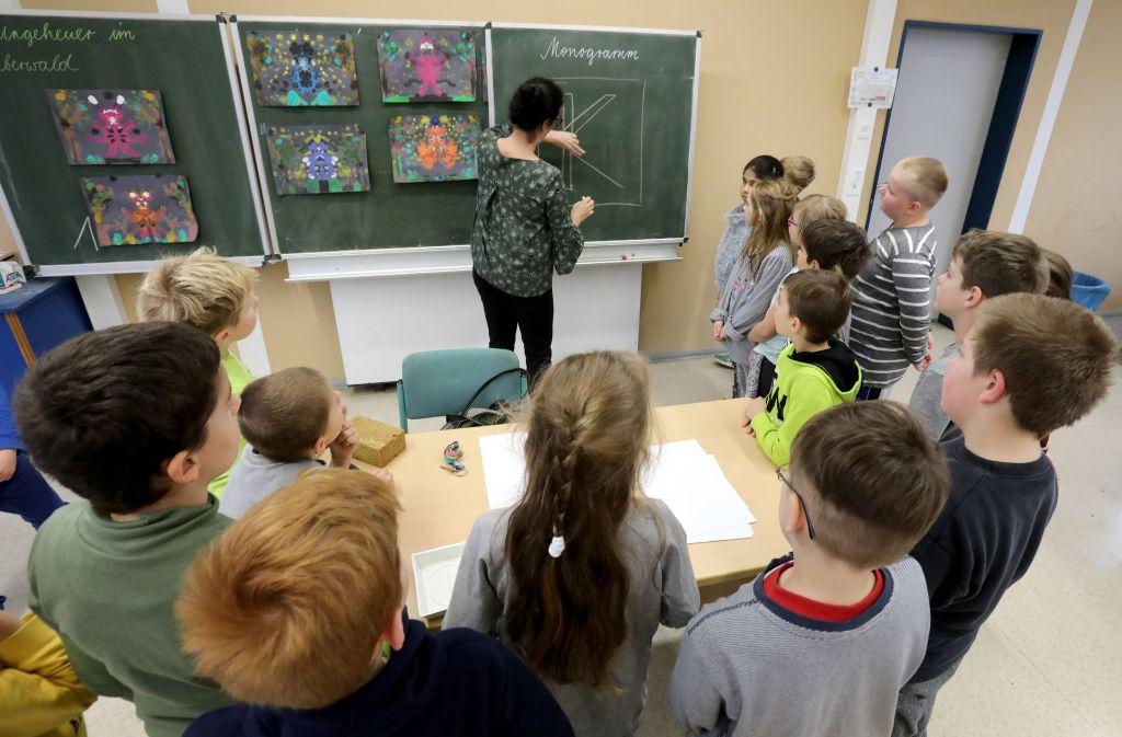 Immer öfter werden Schüler mit extremistischen Ansichter radikaler Gruppen konfrontiert. Lehrer müssen Radikalisierungstendenzen wahrnehmen lernen. Foto: dpa