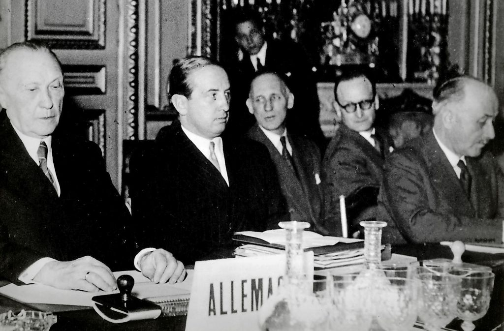 Bundeskanzler Konrad Adenauer (links) und der französische Unternehmenr   Jean Monnet (rechts) am Abend vor der Foto: imago