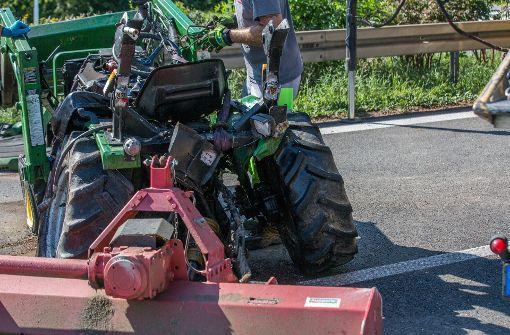 Autofahrerin rast auf heruntergefallenen Traktor