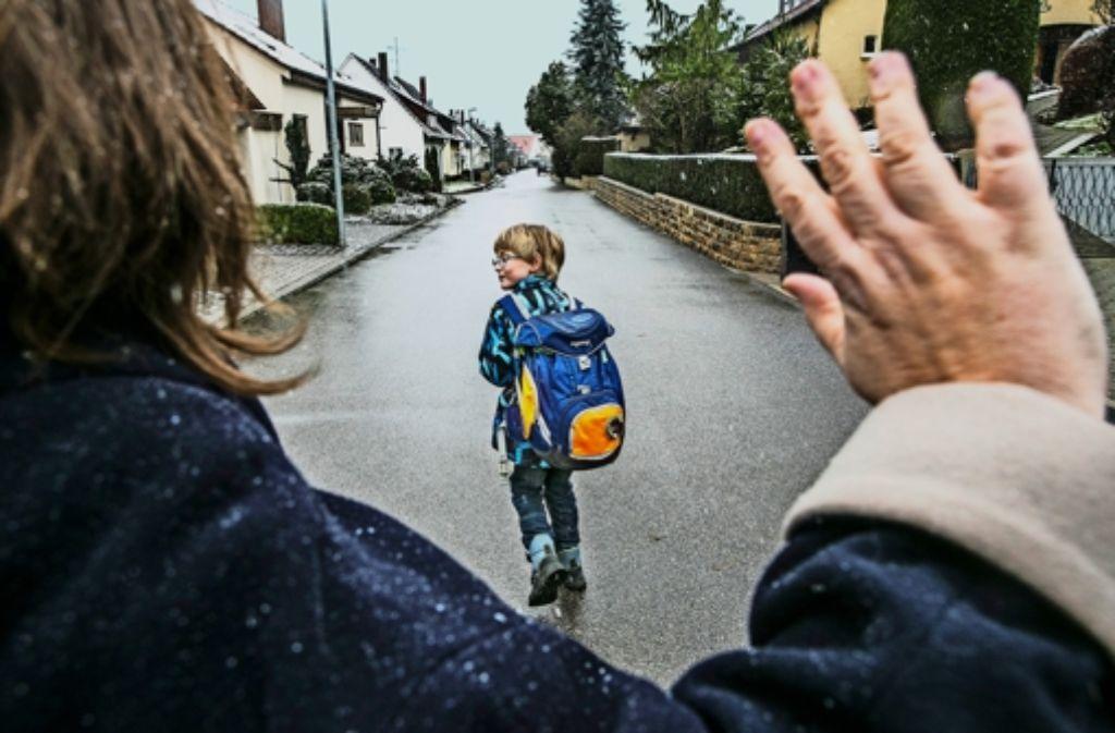 Der Abschied vom Schulkind kann auch schon am heimischen Gartentor stattfinden. Wer zu Fuß geht, kommt frischer in der Schule an. Foto: Horst Rudel