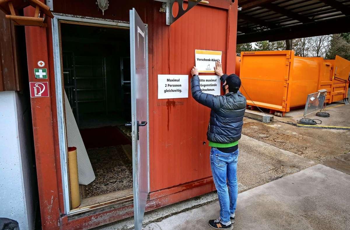 Das Verschenk-Häusle im Wertstoffzentrum Böblingen-Hulb wird für den Start  vorbereitet. Foto: factum/Simon Granville
