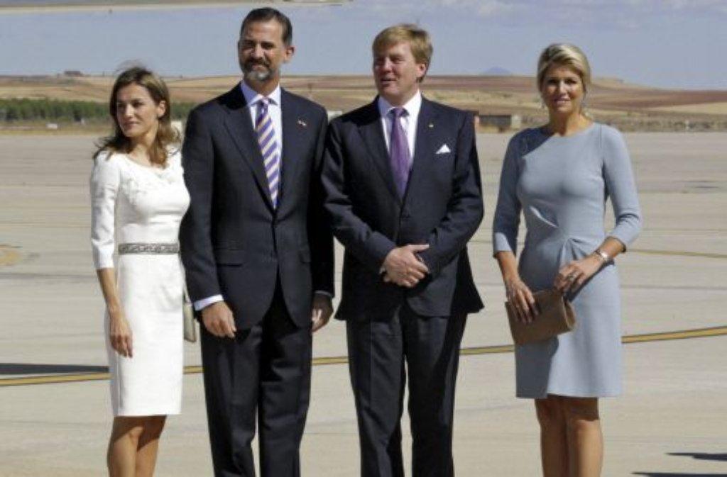 Der niederländische König Willem-Alexander und (zweiter von rechts) seine Gattin, Königin Máxima (rechts), sind zu einem eintägigen Besuch in Spanien eingetroffen. Der König ist ausgebildeter Verkehrspilot und ...  Foto: EFE