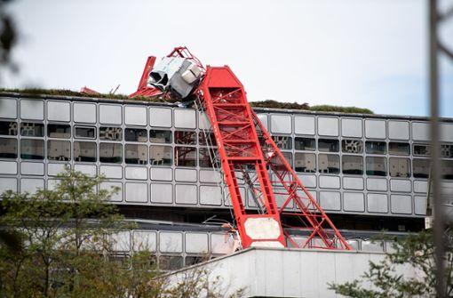 Kran von Gebäude gestürzt –  zwei Bauarbeiter ringen mit dem Tod