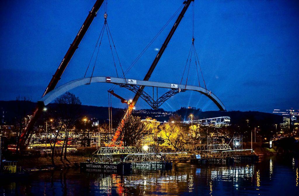 Der spektakulärste Teil der neuen Stromtrasse: die neue Kabelbrücke für die Gaisburger Brücke Foto: Lichtgut/Max Kovalenko