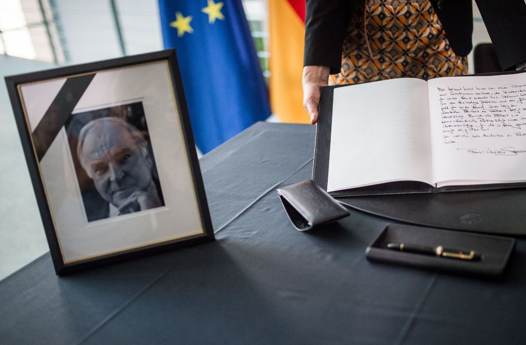 Im Bundeskanzleramt liegt das Kondolenzbuch für Helmut Kohl aus. Foto: dpa
