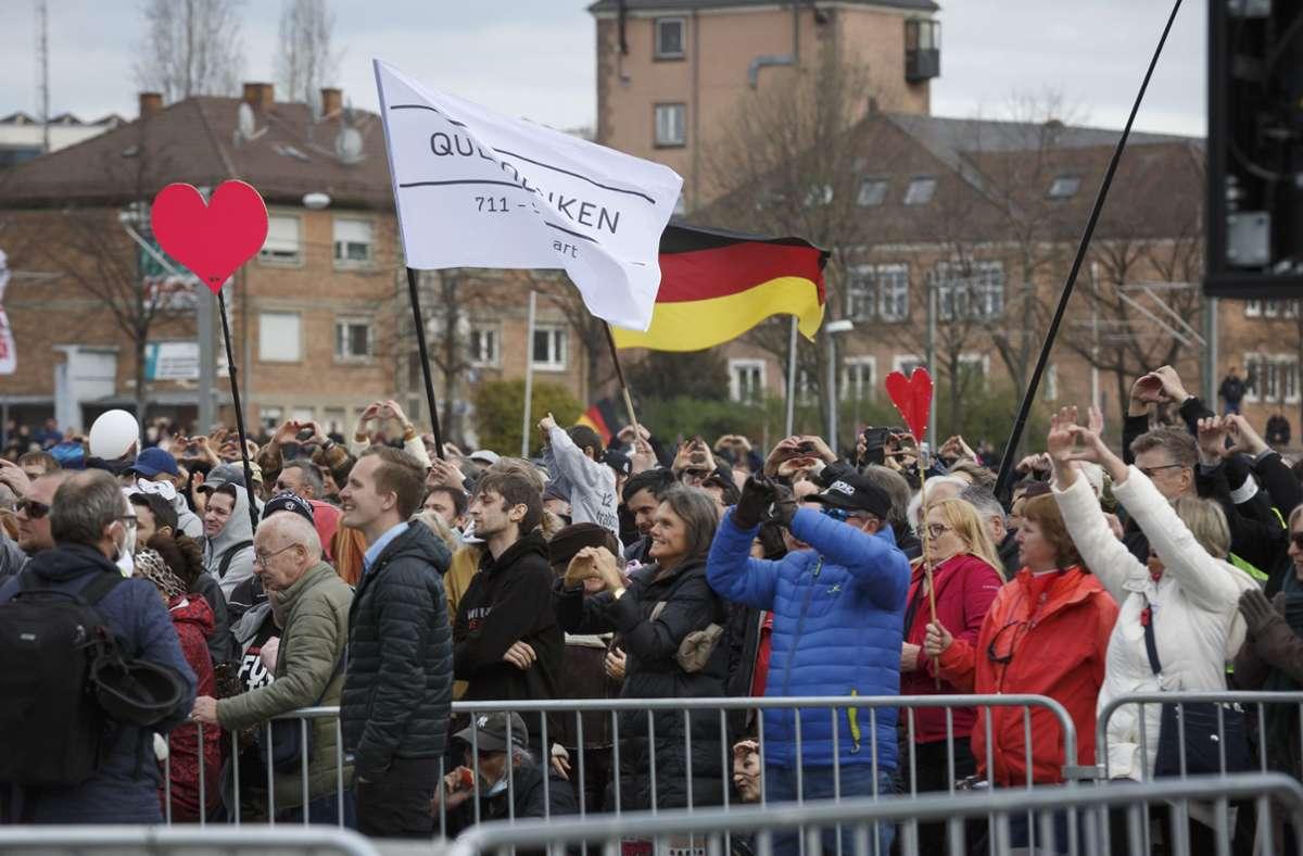 Die Versammlungsleitung muss eigentlich dafür sorgen, dass Masken getragen und Abstände eingehalten werden. Unsere Bildergalerie zeigt einige Eindrücke der Demo in Stuttgart. Foto: Lichtgut/Julian Rettig