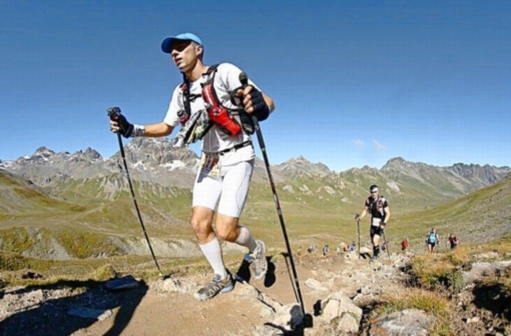 Stephan Schwarz im Laufschritt über die Alpen: Für das atemberaubende Panorama fehlt den Teilnehmern des Transalpine-Runs oft die Muße. Foto: sportograf