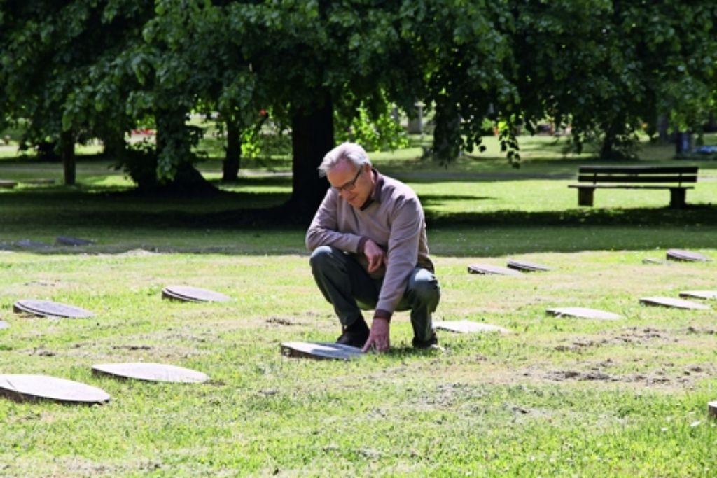 Werner Koch,  der ehemalige Leiter des Garten-, Friedhofs- und Forstamtes, ist beeindruckt von der Schlichtheit des Opferfeldes. Foto: Schwenk