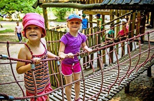 Lucia (links) und Julia toben sich auf der Hängebrücke aus Foto: Lichtgut/Max Kovalenko