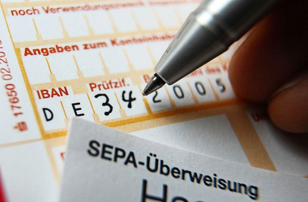Es kommt immer wieder vor, dass mit Überweisungen ein Bankbetrug versucht wird. Foto: dpa/Angelika Warmuth