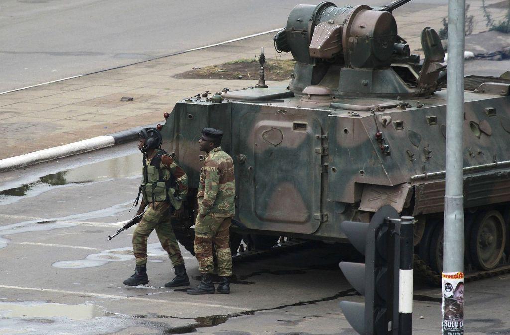 Auf Simbabwes Straßen ist das Militär präsent. Foto: AP