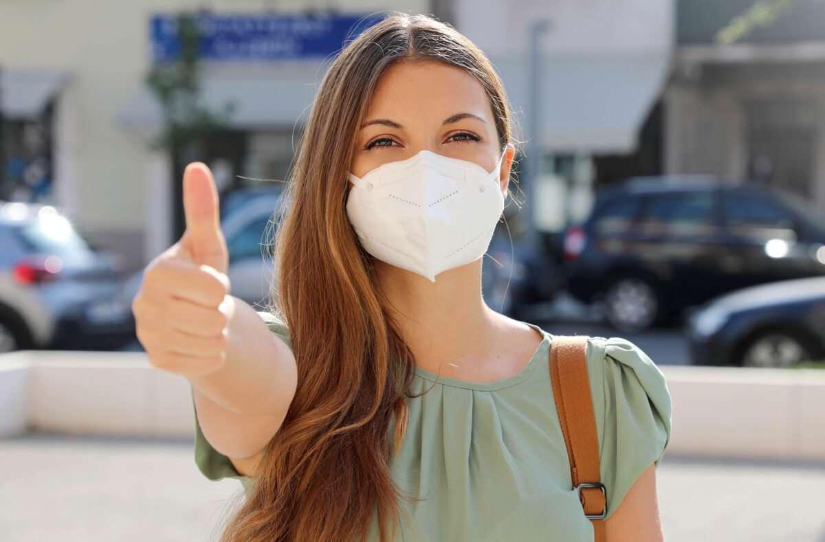 Erfahren Sie, wie Sie FFP2-Masken richtig tragen. Die wichtigsten Regeln zur Benutzung der Partikelfiltermasken im Überblick. Foto: Zigres / Shutterstock.com