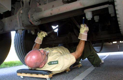 Polizei stoppt zwei Lastwagenfahrer