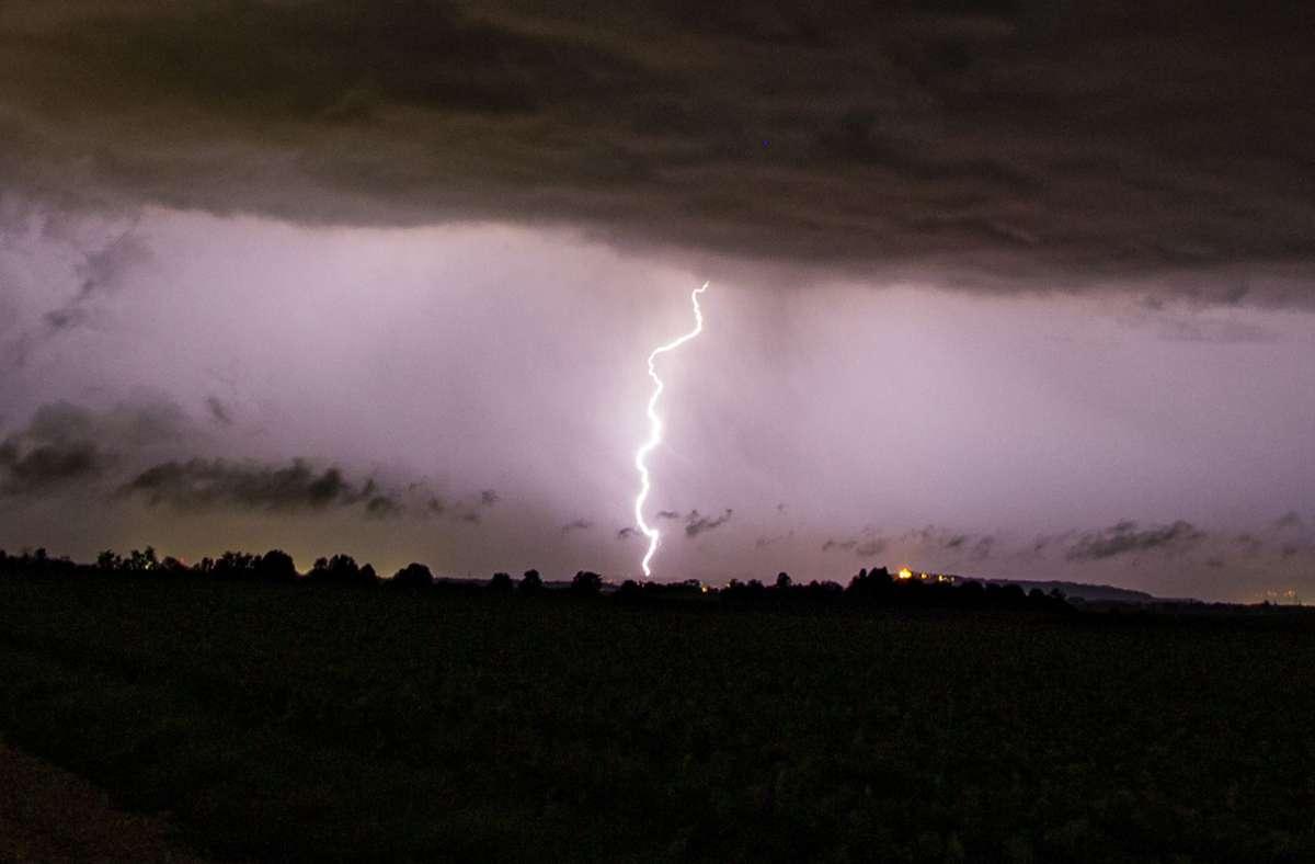 Ein Blitz schlug in Heidelberg in ein Mehrfamilienhaus ein. (Symbolbild) Foto: dpa/Hartl