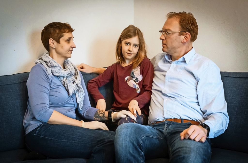 Suche nach dem genetischen Zwilling: Die Eltern Silke und Steffen Müller hoffen, dass  eine Stammzellenspende ihre Tochter Larissa (8) genesen lässt. Foto: Lichtgut/Achim Zweygarth