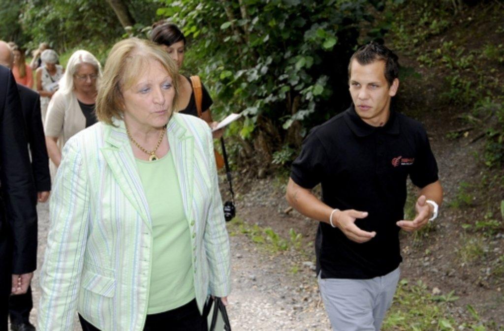 Bundesjustizministerin Sabine Leutheusser-Schnarrenberger (FDP) bei ihrem  Besuch im Seehaus kurz nach der Flucht der vier Häftlinge. Foto: dpa