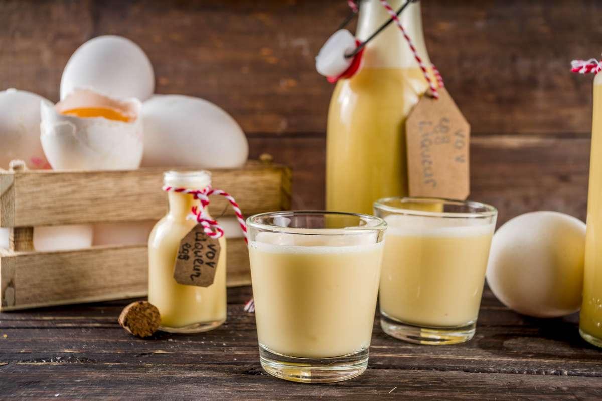 Selbstgemachter Eierlikör eignet sich auch gut als Geschenk. Foto: Rimma Bondarenko/Shutterstock
