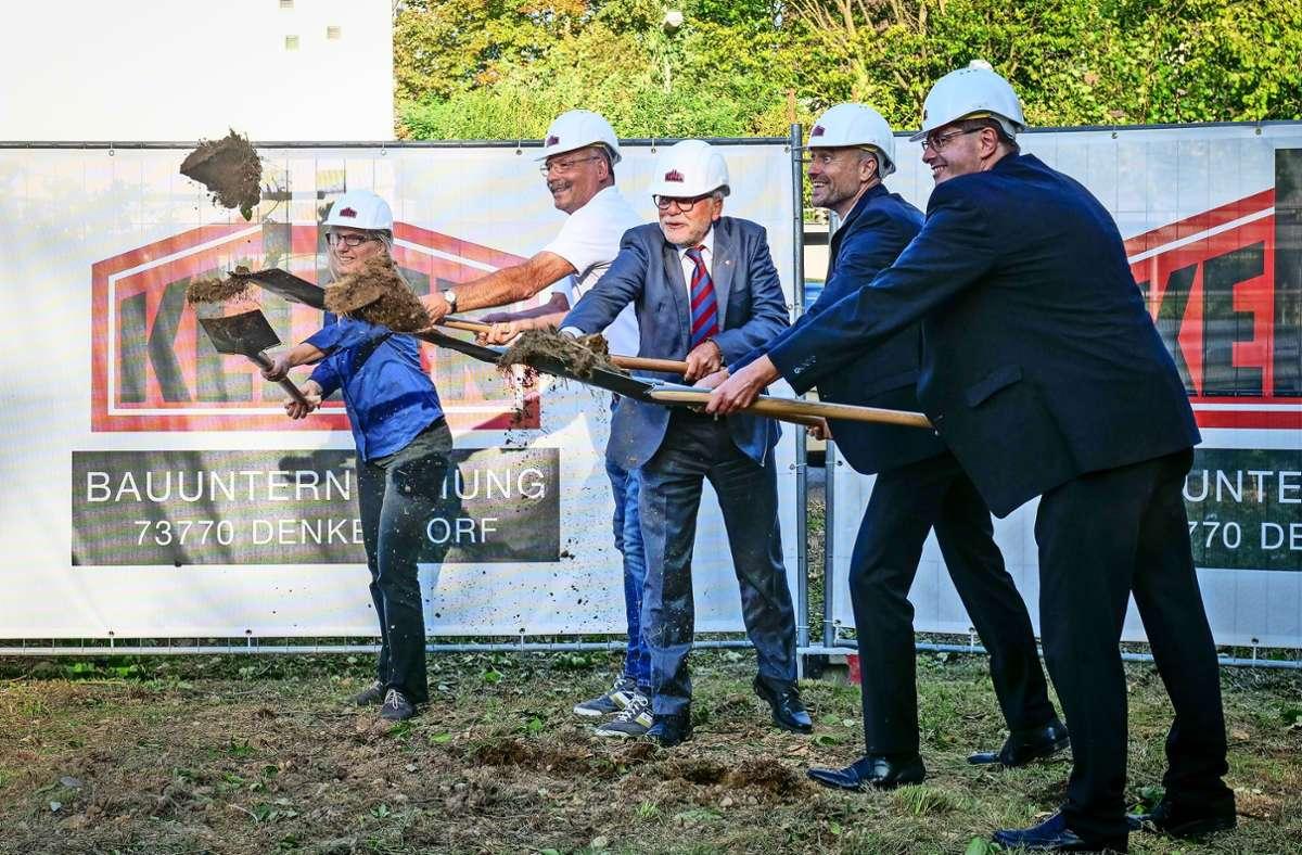 Der Ditzinger Oberbürgermeister Michael Makurath (Mitte) beim Spatenstich in der Höfinger Straße. Foto: factum/Simon Granville