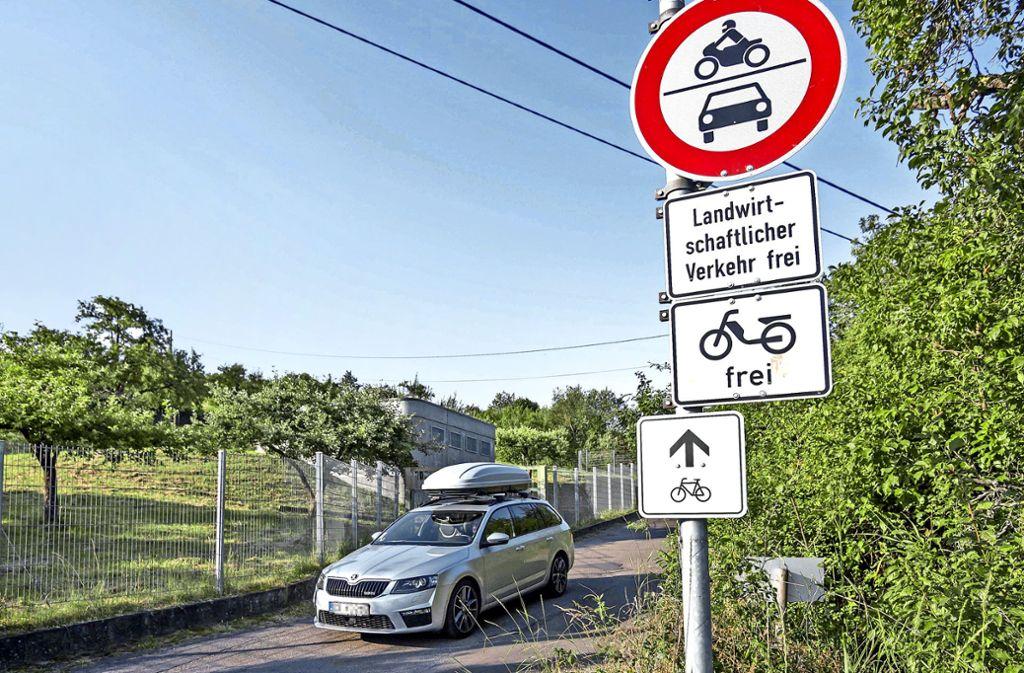 Reger Verkehr trotz Durchfahrtsverbot: die Grenze zwischen Uhlbach und Esslingen- Rüdern dürfte täglich von rund 200 Schleichwegnutzern passiert werden. Foto: Lichtgut/Rettig