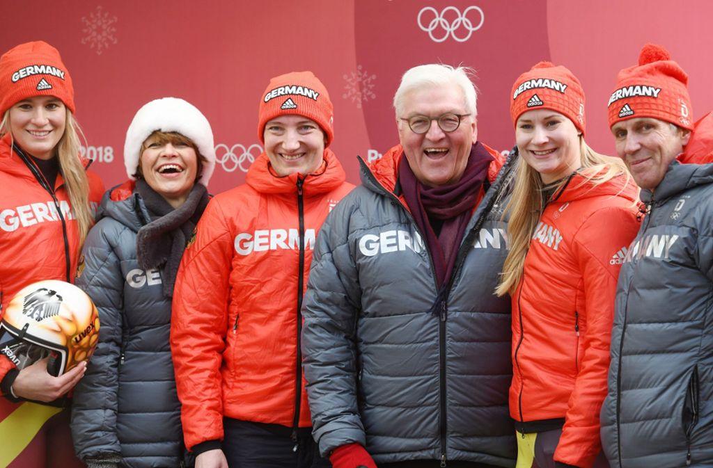 Natalie Geisenberger (li.) und Tatjana Hüfner (Zweite von li.) zeigen sich stolz mit dem Bundespräsidenten Frank-Walter Steinmeier (Vierter von li.). Foto: dpa