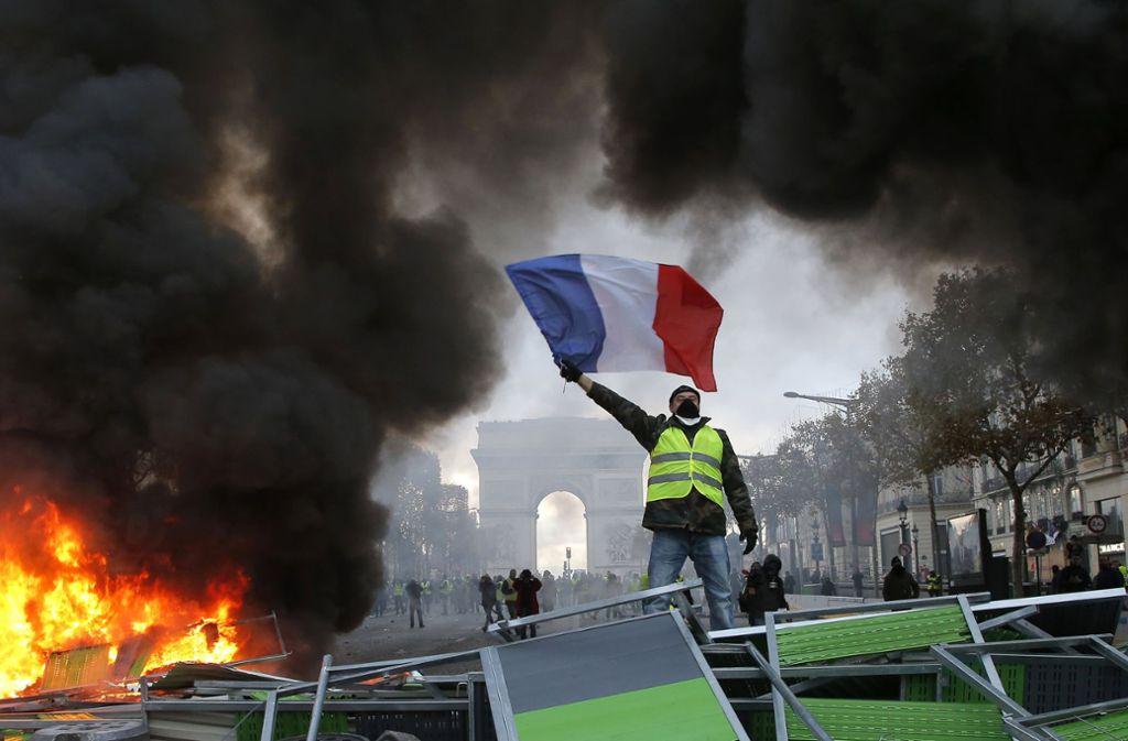 """Randale  unter dem Triumphbogen. Nicht alle in der Bewegung der """"Gelbwesten"""" glauben, dass sie mit  friedlichem Protest ihre Ziele durchsetzen werden. Foto: AP"""