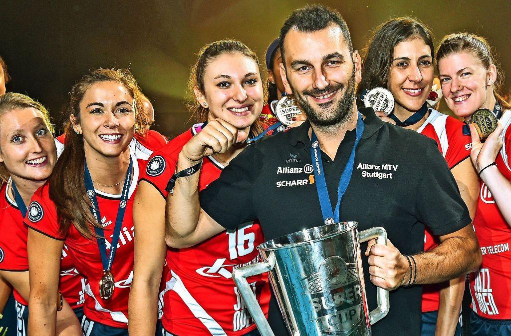 Als Co-Trainer hat Giannis Athanasopoulos den Supercup 2016 schon einmal gewonnen – am Sonntag will er dieses Kunststück als neuer Chefcoach von Allianz MTV Stuttgart wiederholen. Foto: Tom Bloch
