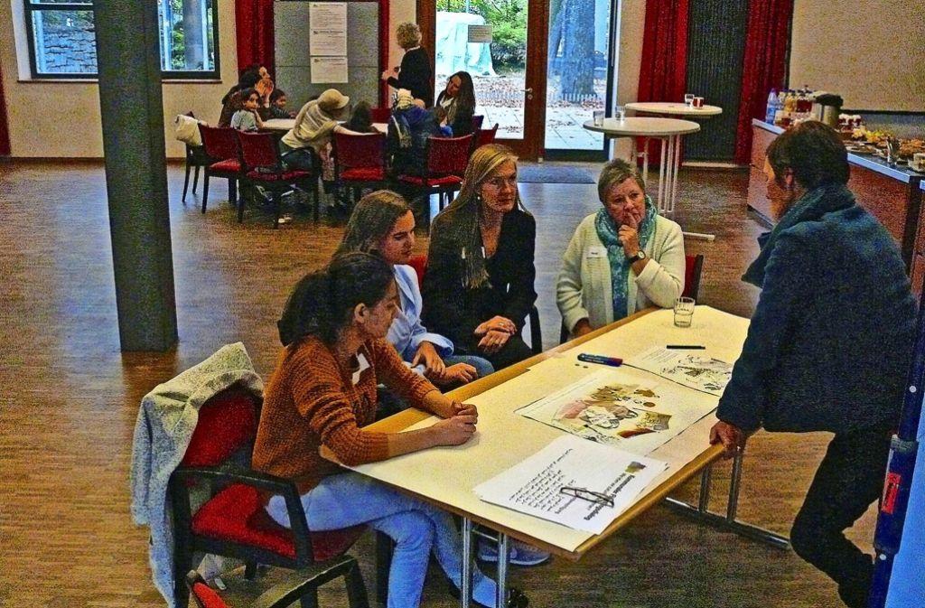 Pegah, Olivia, Veronika Kienzle, Heide und Hannelore Ohle (von links) haben im Generationenhaus über die Lage von geflüchteten Frauen diskutiert. Foto: Petra Mostbacher-Dix