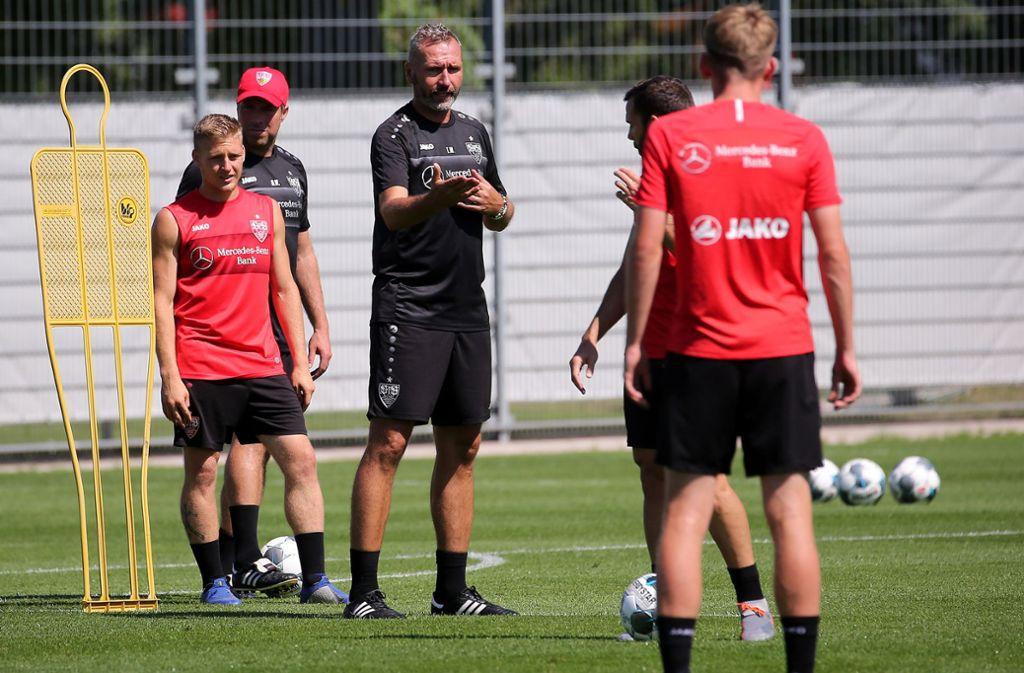 Tim Walter schwört die Spieler des VfB Stuttgart auf die Begegnung gegen Hannover 96 ein. Foto: Pressefoto Baumann