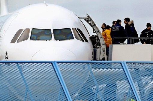 Die Polizei schiebt  Ausländer ab. Foto: dpa