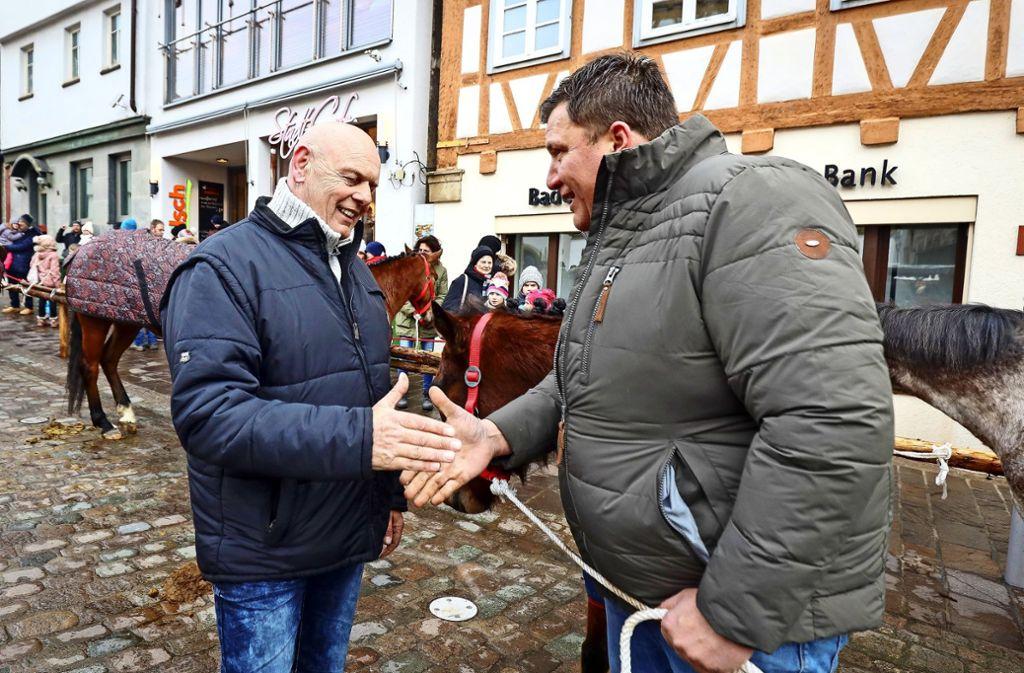 Mit einem Handschlag besiegeln  Andreas Ritz (l.) und Händler Gerhard Knisel den Kauf. Foto: factum/Simon Granville